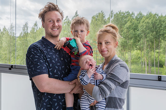 Krista Laakso, Jysky Kähkönen ja 2-vuotias Ruben muuttivat Loiskekujalle Helsingistä. – Vantaalla olemme lähempänä vanhempia. Se oli meille tärkeä kriteeri asuntoa etsiessä. Olen myös kotoisin Vantaalta, joten palaan tavallaan tuttuihin maisemiin, Krista Laakso kertoo sylissään perheen kolmiviikkoinen vauva. Kuva: Kati Lazka
